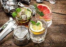 Strumenti della barra del cocktail delle bevande di frutta, agitatore, vetri d'annata Fotografie Stock Libere da Diritti