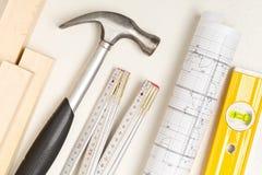 Strumenti della costruzione, modello architettonico e strisce di legno sul fondo bianco del gesso fotografie stock libere da diritti