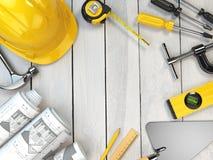 Strumenti della costruzione su un fondo di legno Casco duro, cazzuola, illustrazione vettoriale