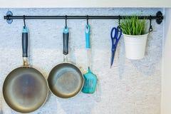 Strumenti della cucina che appendono sulla parete Fotografie Stock