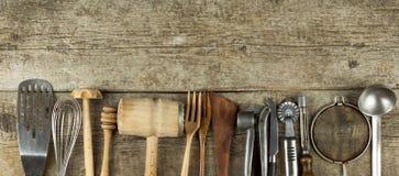 Strumenti della cucina su una tavola di legno Cook& x27; strumenti di s Attrezzatura tradizionale di cucina rurale Fotografia Stock Libera da Diritti