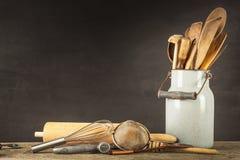 Strumenti della cucina su una tavola di legno Cook& x27; strumenti di s Attrezzatura tradizionale di cucina rurale Fotografie Stock Libere da Diritti
