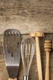 Strumenti della cucina su una tavola di legno Cook& x27; strumenti di s Attrezzatura tradizionale di cucina rurale Immagini Stock Libere da Diritti