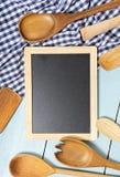 Strumenti della cucina sulla tavola Spazio per testo Immagini Stock