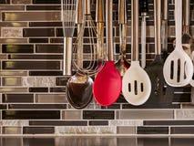 Strumenti della cucina utilizzati per servire, la cottura e cuocere immagini stock libere da diritti