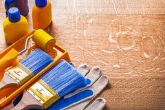 Strumenti della pittura di miglioramento della Camera sul bordo di legno Fotografia Stock