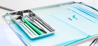 Strumenti dentari dell'attrezzatura medica dal metallo sul vassoio fotografia stock