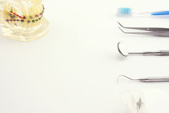 Strumenti dentari su fondo bianco Fotografia Stock