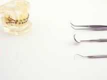 Strumenti dentari su fondo bianco Immagine Stock Libera da Diritti