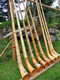 Strumenti di Alpenhorn dello svizzero in una fila Immagine Stock Libera da Diritti