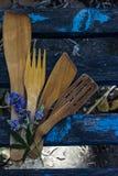 Strumenti di cottura di legno sul banco fotografia stock