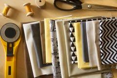 Strumenti di cucito per il progetto fatto a mano o la trapunta Fotografie Stock Libere da Diritti