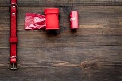 Strumenti di cura e governare di animale domestico con il collare rosso sullo spazio di legno di vista superiore del fondo per te Fotografie Stock Libere da Diritti