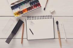 Strumenti di disegno, stazionari, posto di lavoro dell'artista Fotografie Stock Libere da Diritti