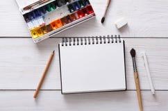 Strumenti di disegno, stazionari, posto di lavoro dell'artista Immagini Stock Libere da Diritti