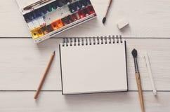 Strumenti di disegno, stazionari, posto di lavoro dell'artista Fotografia Stock