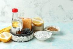 Strumenti di Eco e prodotti di pulizia naturali amichevoli, spazzola del metallo, sapone, senape, soda, limone, oli essenziali, a immagine stock