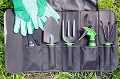 Strumenti di giardinaggio nella borsa sull'erba Fotografia Stock