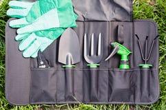 Strumenti di giardinaggio nella borsa sull'erba Fotografia Stock Libera da Diritti