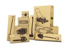 Strumenti di giardinaggio in scatole di carboard isolate su bianco Commercio elettronico, acquisto di Internet e concetto online  Immagine Stock