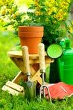 Strumenti di giardinaggio su fondo e su erba verdi Immagini Stock