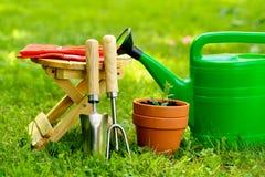 Strumenti di giardinaggio su fondo e su erba verdi Fotografia Stock Libera da Diritti