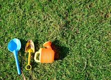 Strumenti di giardinaggio sull'erba Immagine Stock