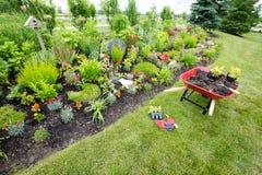 Strumenti di giardino che mettono sulla terra fotografia stock
