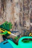 Strumenti di giardino su una tavola di legno Immagine Stock