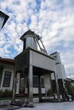 Strumenti di meteorologia sotto le nuvole luminose di altocumulus e del cielo blu fotografia stock libera da diritti