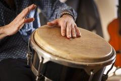 Strumenti di percussione e concetto di musicologia fotografia stock libera da diritti