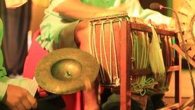 Strumenti di percussione tradizionali che sono giocati come componente di una prestazione culturale in Tailandia del Nord video d archivio