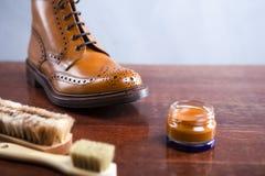 Strumenti di pulizia delle calzature con Tan Derby Boots Varietà di spazzole aggiunte fotografia stock libera da diritti