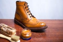 Strumenti di pulizia delle calzature con Tan Derby Boots Varietà di spazzole aggiunte fotografia stock