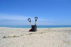 Strumenti di pulizia sulla bella spiaggia vuota Fotografie Stock Libere da Diritti