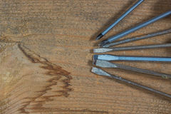 Strumenti differenti su una priorità bassa di legno Cacciaviti differenti Immagine Stock