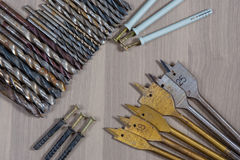 Strumenti differenti su una priorità bassa di legno trapano, trapano del legno, tagliente concreto Fotografia Stock