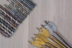 Strumenti differenti su una priorità bassa di legno trapano, trapano del legno, tagliente concreto Immagini Stock