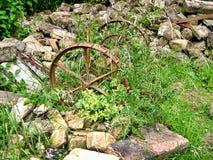 Strumenti dimenticati dell'azienda agricola nel villaggio di Wycoller in Lancashire Immagine Stock Libera da Diritti