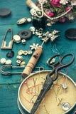 Strumenti e gioielli di cucito Immagini Stock Libere da Diritti