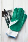 Strumenti e guanti di giardino fotografie stock libere da diritti