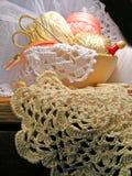 Strumenti e merletto di lavoro a maglia del cucito di hobby fotografia stock libera da diritti
