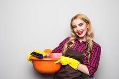 Strumenti e prodotti di pulizia della tenuta della giovane donna in secchio Fotografie Stock
