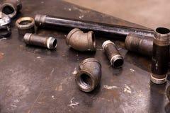 Strumenti e tubo degli idraulici per gli idraulici immagine stock