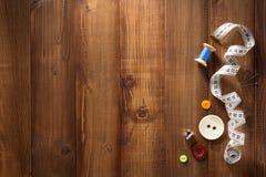 Strumenti ed accessori di cucito su legno immagine stock