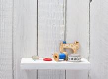 Strumenti ed accessori di cucito sullo scaffale di legno immagine stock libera da diritti