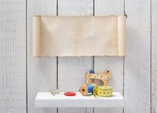 Strumenti ed accessori di cucito sullo scaffale di legno fotografie stock libere da diritti