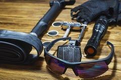 Strumenti ed accessori messi per ciclare immagine stock libera da diritti