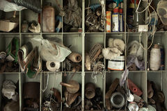 Strumenti ed accessori sulle mensole in un Ba Immagini Stock