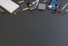 Strumenti elettronici del creatore di DIY con lo spazio della copia per testo su fondo nero immagine stock libera da diritti